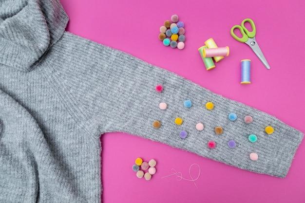 Bovenaanzicht sweater en kleurrijke knopen Gratis Foto