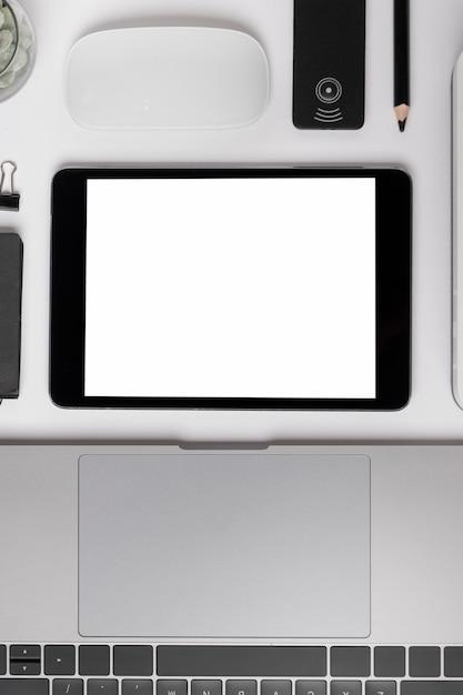 Bovenaanzicht tablet in de buurt van laptop mock-up Gratis Foto