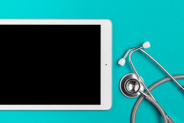 Bovenaanzicht tablet met medische stethoscoop Gratis Foto