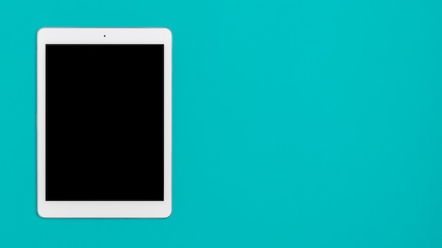 Bovenaanzicht tablet op de tafel met kopie ruimte Gratis Foto
