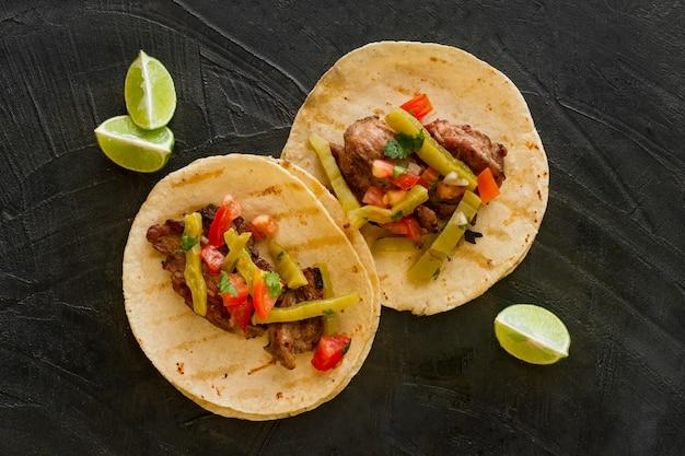 Bovenaanzicht taco's met vlees en augurken Gratis Foto