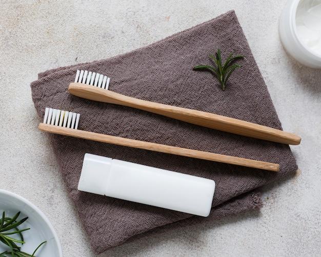 Bovenaanzicht tandenborstels op handdoeken Gratis Foto