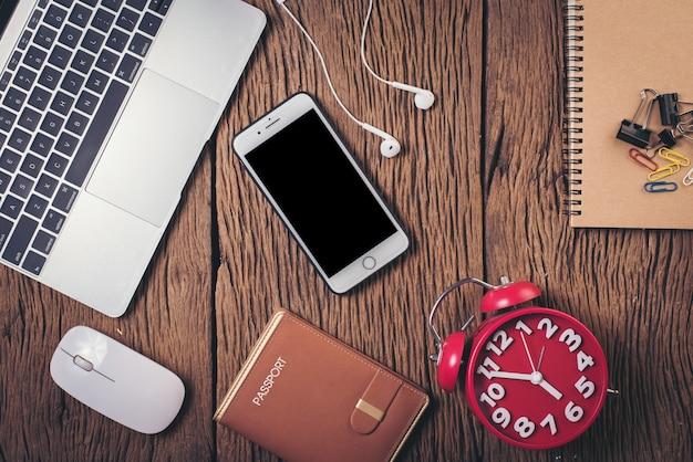 Bovenaanzicht telefoon en werkruimte op hout achtergrond Gratis Foto