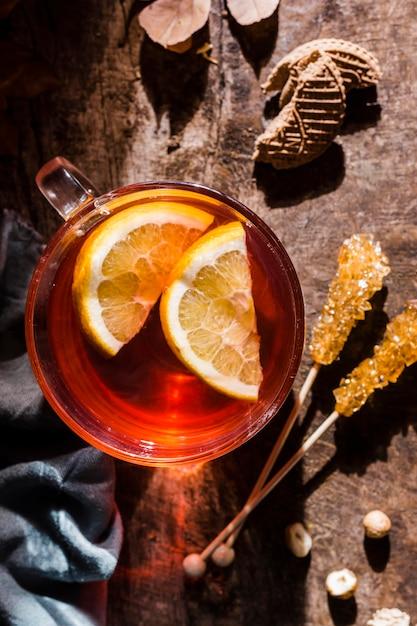 Bovenaanzicht thee met schijfjes citroen Gratis Foto
