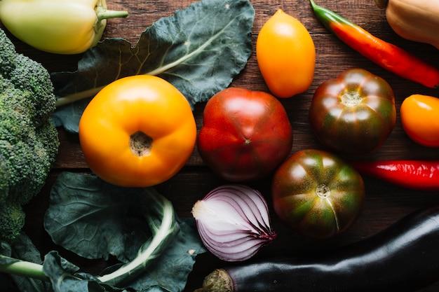 Bovenaanzicht tomaten en roodgloeiende chili pepers Gratis Foto