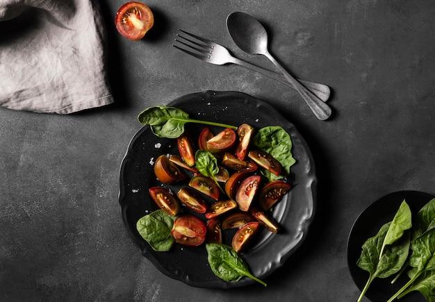 Bovenaanzicht tomaten met veggie bladeren Gratis Foto
