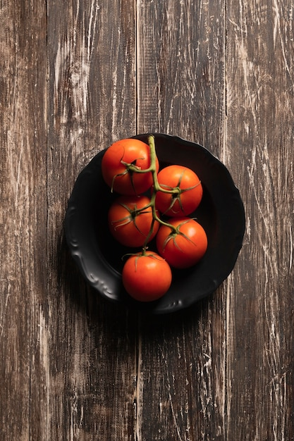 Bovenaanzicht tomaten van plaat Gratis Foto