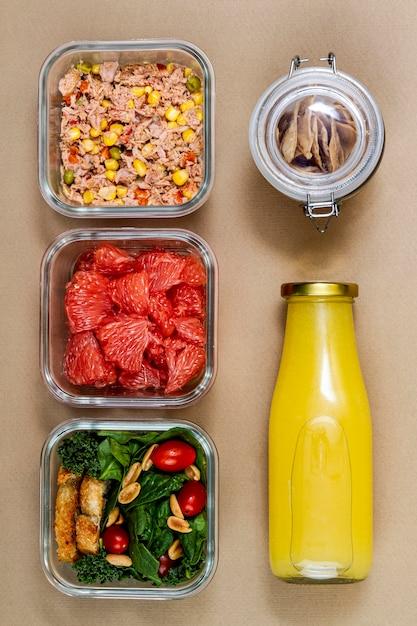 Bovenaanzicht tonijn, groenten en fruit Gratis Foto