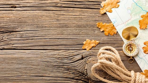 Bovenaanzicht touw en herfstbladeren Gratis Foto