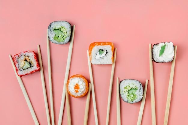 Bovenaanzicht traditioneel japans sushi-assortiment Gratis Foto
