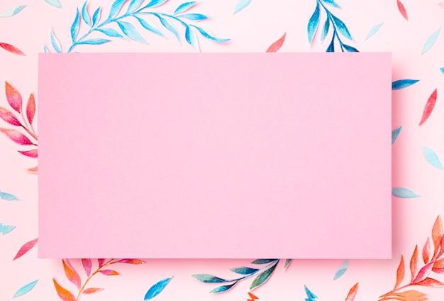 Bovenaanzicht tropische bladeren op roze achtergrond Gratis Foto