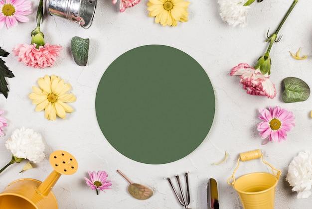 Bovenaanzicht tuingereedschap en planten met kopie ruimte Gratis Foto