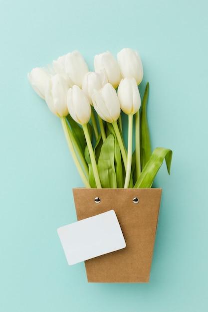Bovenaanzicht tulp witte bloemen in een schattige papieren pot Gratis Foto