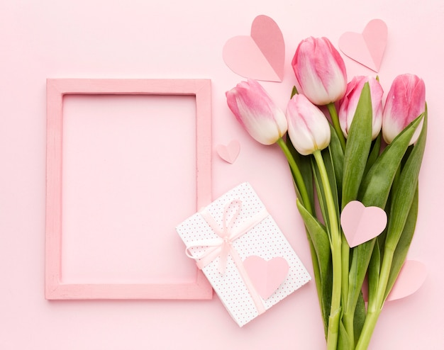 Bovenaanzicht tulpen en cadeau Gratis Foto