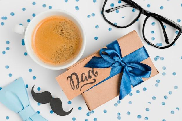 Bovenaanzicht vaderdag aanwezig met een kopje koffie Gratis Foto