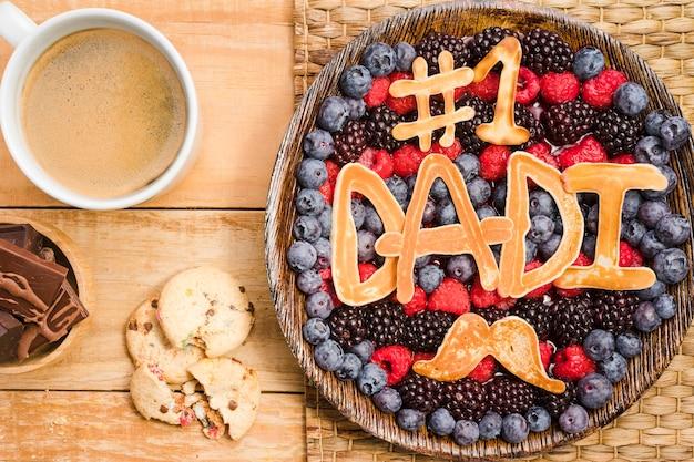 Bovenaanzicht vaderdag dessert met koffie Gratis Foto