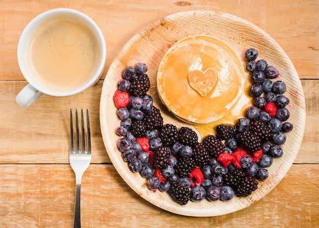Bovenaanzicht vaderdag dessert met pannenkoeken Gratis Foto