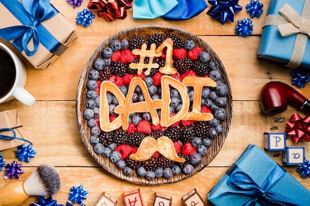 Bovenaanzicht vaderdag dessert op tafel Gratis Foto