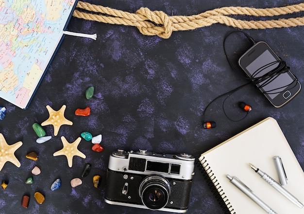 Bovenaanzicht van accessoires van reizigers. Premium Foto
