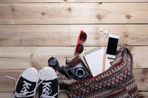 Bovenaanzicht van apparatuur hipster jonge dame of meisje op vakanties Gratis Foto