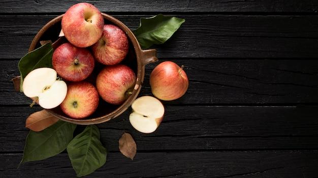 Bovenaanzicht van appels in mand met kopie ruimte Premium Foto