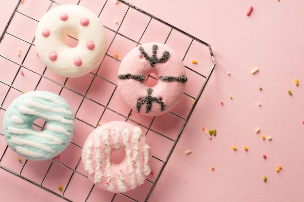 Bovenaanzicht van assortiment van donuts met beglazing en hagelslag Gratis Foto