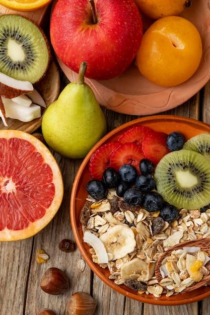 Bovenaanzicht van assortiment van fruit met ontbijtgranen Premium Foto