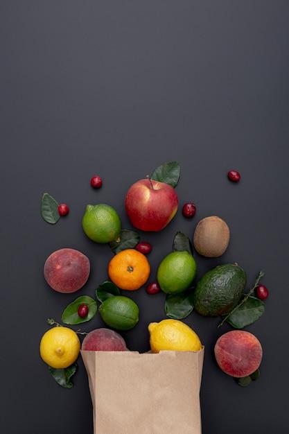Bovenaanzicht van assortiment van fruit uit papieren zak Gratis Foto
