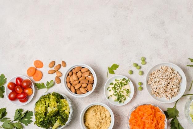 Bovenaanzicht van assortiment van gezond voedsel met kopie ruimte Gratis Foto