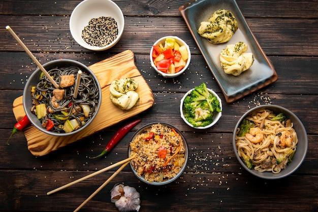 Bovenaanzicht van assortiment van heerlijke aziatische gerechten Gratis Foto