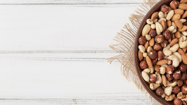 Bovenaanzicht van assortiment van noten in kom met amandelen Gratis Foto