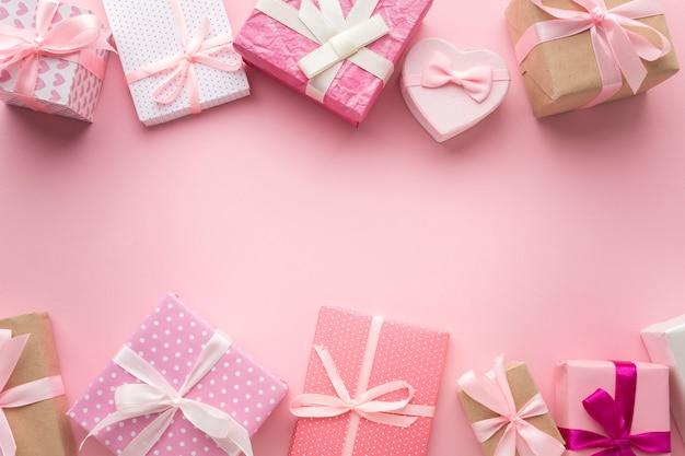 Bovenaanzicht van assortiment van roze geschenken Gratis Foto