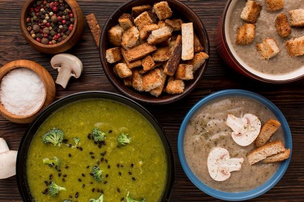 Bovenaanzicht van assortiment winter champignons en broccoli soepen Gratis Foto
