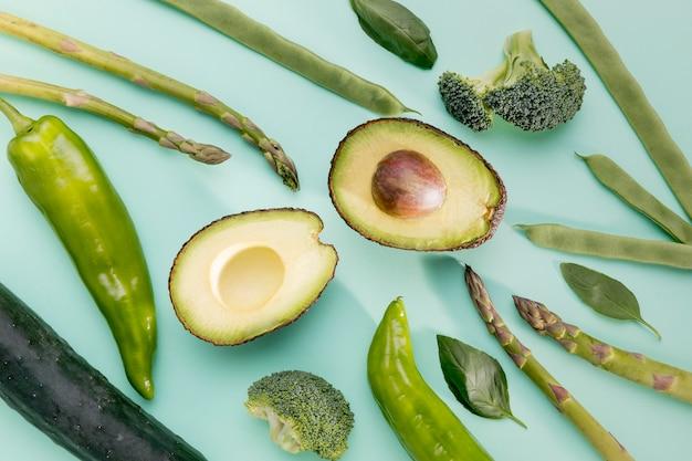 Bovenaanzicht van avocado met asperges en spinazie Gratis Foto
