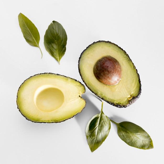 Bovenaanzicht van avocado met spinazie Gratis Foto