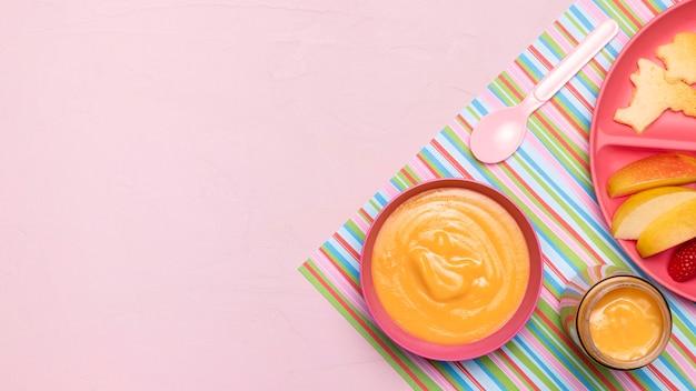 Bovenaanzicht van babyvoeding met appels en lepel Gratis Foto
