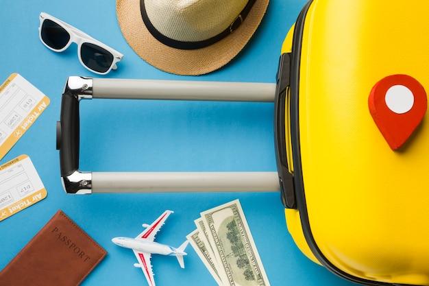 Bovenaanzicht van bagage en reisbenodigdheden met pinpoint Gratis Foto
