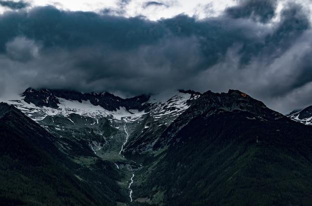 Bovenaanzicht van bergen onder grijze bewolkte hemel Gratis Foto
