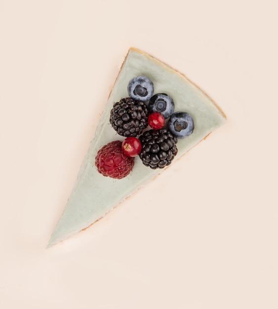 Bovenaanzicht van blauwe cheesecake met verschillende bessen Gratis Foto