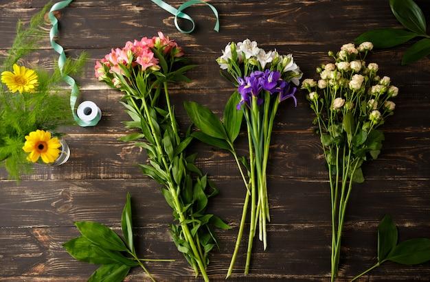Bovenaanzicht van bloemen, boeket maken Gratis Foto