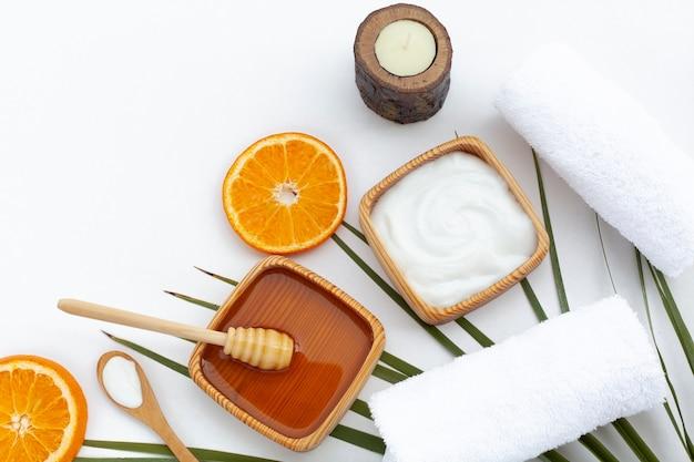 Bovenaanzicht van body butter cream en stukjes sinaasappel Gratis Foto