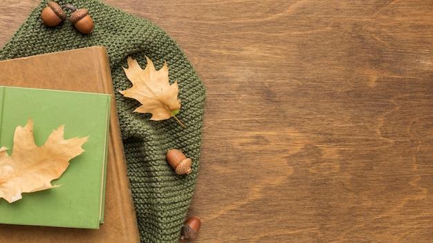 Bovenaanzicht van boeken met herfstbladeren en kopie ruimte Premium Foto