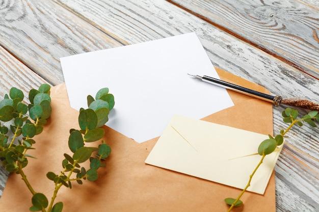 Bovenaanzicht van brief aan santa claus-concept. papier op houten achtergrond met vakantiedecoratie Premium Foto