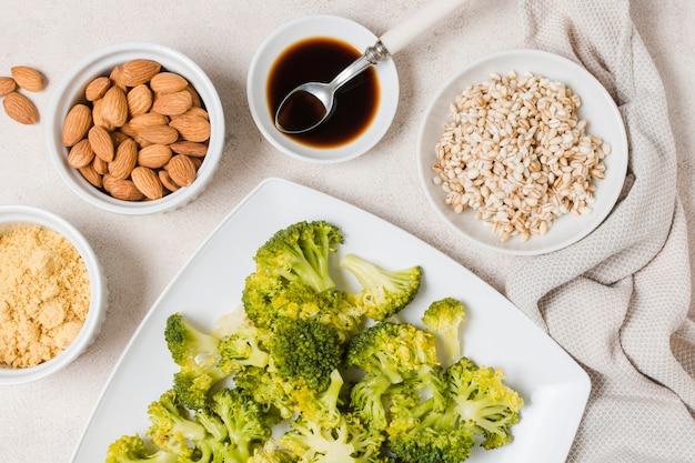 Bovenaanzicht van broccoli op plaat met amandelen Gratis Foto