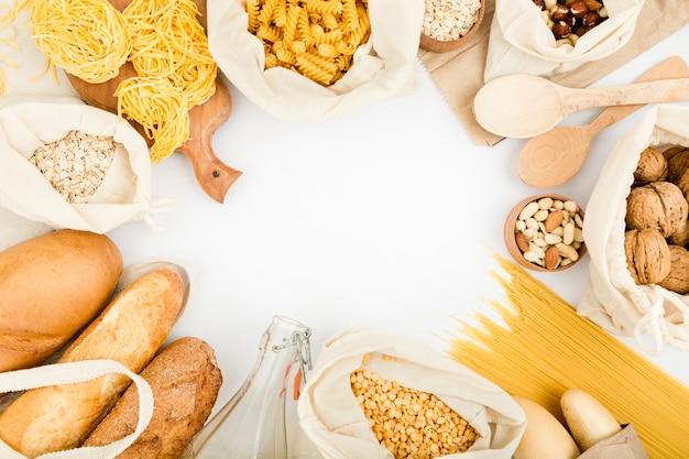 Bovenaanzicht van brood in herbruikbare zak met bulk pasta en assortiment noten Gratis Foto