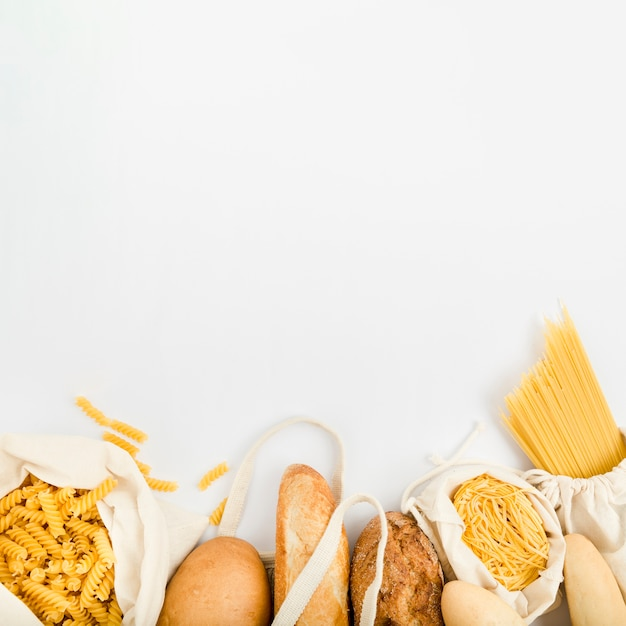 Bovenaanzicht van brood in herbruikbare zak met bulk pasta Gratis Foto