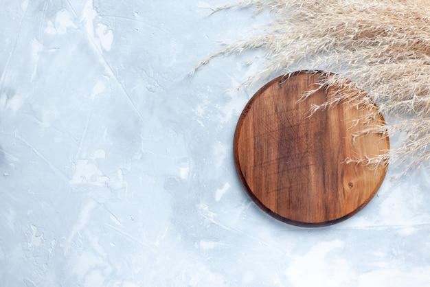 Bovenaanzicht van bruin rond bureau, voor voedsel op licht, hout houten voedsel Gratis Foto