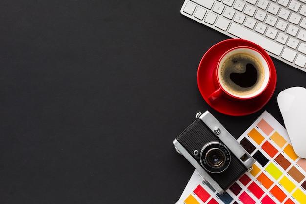 Bovenaanzicht van bureau met koffie en kopie ruimte Gratis Foto