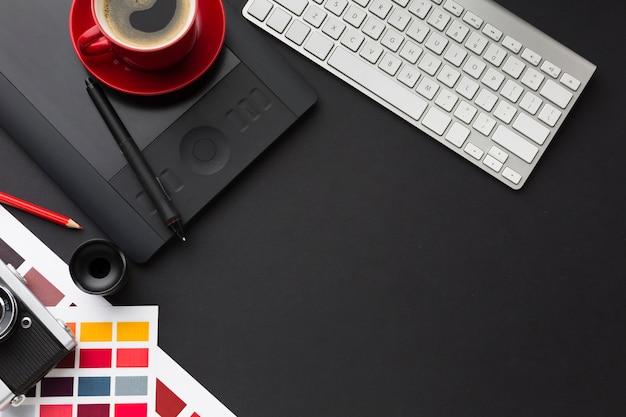 Bovenaanzicht van bureau met koffie en toetsenbord Gratis Foto