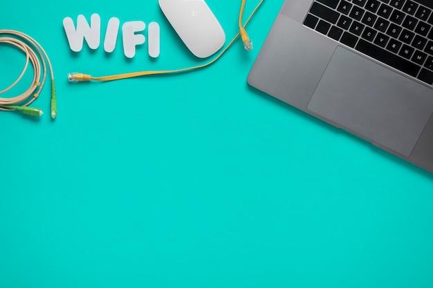 Bovenaanzicht van bureau met nauwkeurig beschreven wifi Gratis Foto